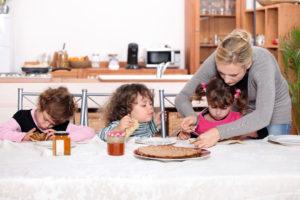 Tagesmutter hilft ihren Pflegekindern