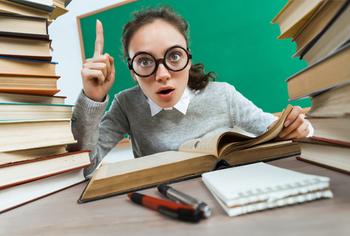 Frau mit Brille liest